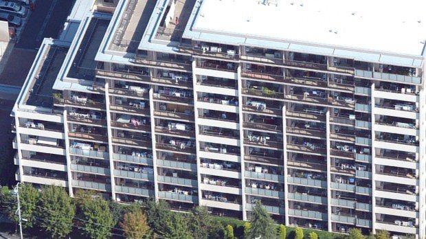 くい未達で傾いたマンション=横浜市都筑区で2015年10月14日