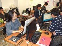 SNSでの有権者の反応などをチェックする文在寅陣営の人たち=ソウル市で2012年11月25日、西脇真一撮影