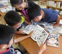 学校図書館でマンガを楽しむ子どもたち=横浜市神奈川区の市立菅田小学校で、浜田和子撮影
