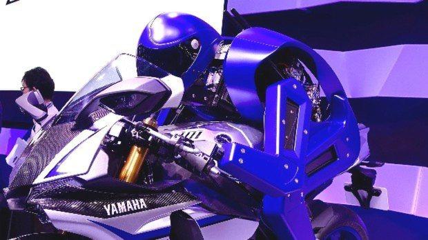 ヤマハ発動機が出展したヒト型自立ライディングロボット「MOTOBOT Ver.1」=東京ビッグサイトで