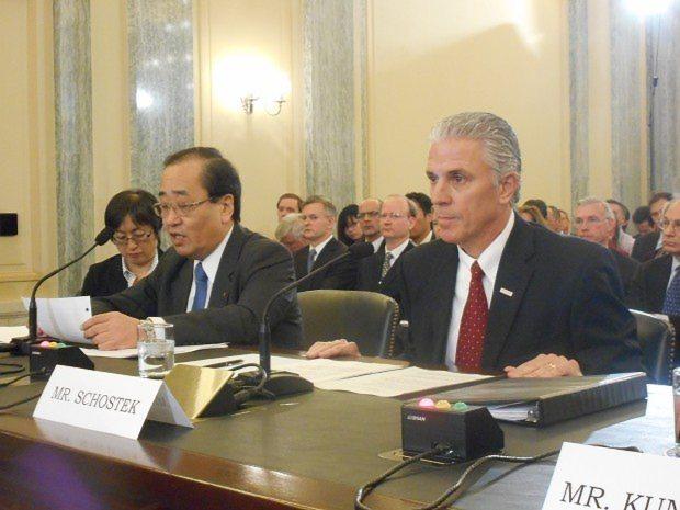米上院の公聴会で証言を読み上げるタカタの清水博・品質保証本部長(左)と、リック・ショステック北米ホンダ上級副社長=米ワシントンで2014年11月20日、清水憲司撮影