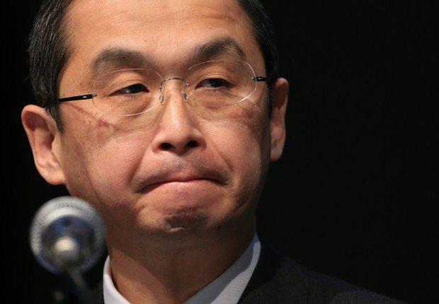 険しい表情で記者の質問を聞くタカタの高田重久会長兼社長=2015年11月4日、梅村直承撮影