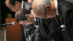 米運輸省から制裁金が科されたことなどを受け、記者会見冒頭で謝罪する高田重久会長兼社長(中央)=東京都港区で2015年11月4日、梅村直承撮影