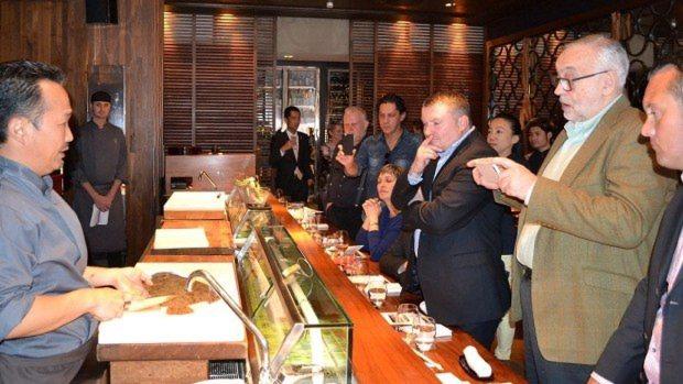 英国のシェフや料理ライターらを前に、生け締めを実演する石井さん=ロンドンの日本料理店「UMU」で9月19日、坂井隆之撮影