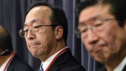記者会見する三井住友建設の永本芳生副社長(左)=国交省で2015年11月11日、竹内幹撮影