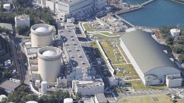 廃炉が決まっている関西電力美浜原発1号機(手前左)。かつて米・ウェスチングハウス社も建設に関わった=2015年10月7日撮影