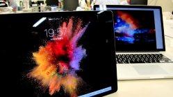大型タブレットiPad Pro。奥はPCのMacBook Pro