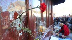 パリの同時多発テロ事件の後、バーに撃ち込まれた銃弾の痕に、訪れた人がカーネーションの花を供えていた=パリで2015年11月15日、中西啓介撮影