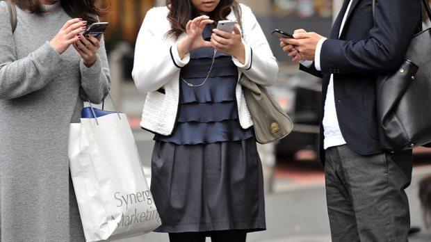 携帯電話のある風景=東京都渋谷区で2015年11月18日、関口純撮影