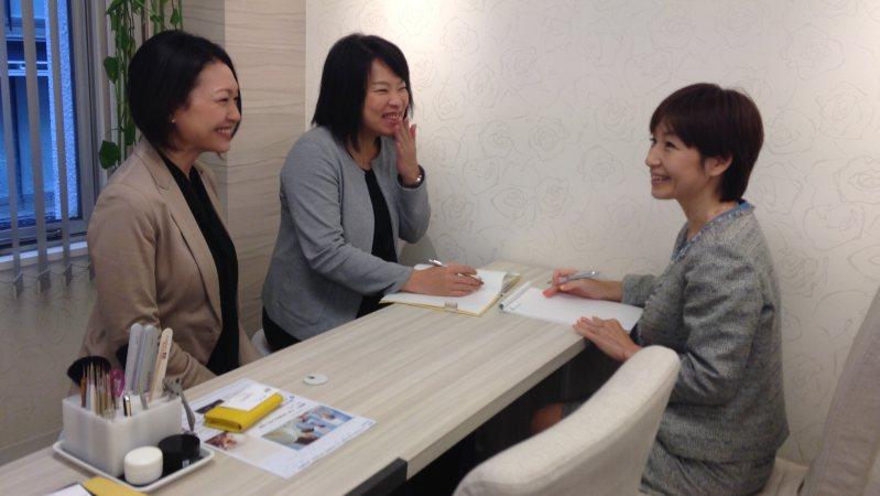 ファストネイルを運営するコンヴァノの執行役員らに話を聞く菊池玲子さん(右)