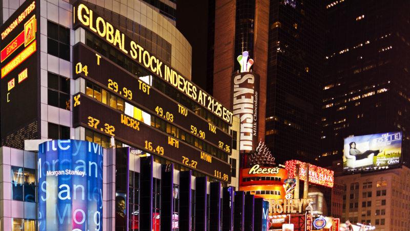 米ニューヨーク・タイムズスクエアの株価ボード