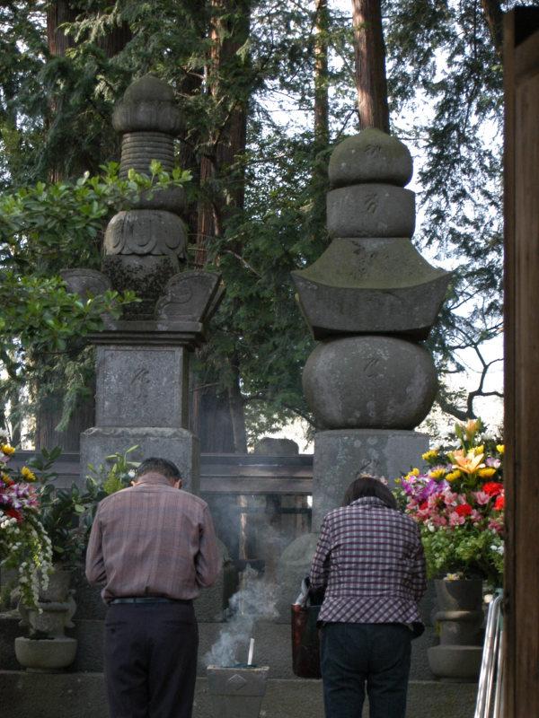 山梨県甲州市・恵林寺にある武田信玄の墓前で手を合わせる参拝客=2007年4月13日、富田洋一撮影