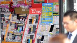 東京都内の携帯ショップ=関口純撮影