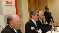 不正会見問題で新経営陣から提訴された東芝の歴代社長3人。左から西田厚聡氏、田中久雄氏、佐々木則夫氏=2013年2月26日、木葉健二撮影