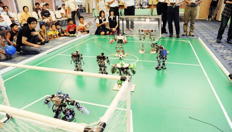 長井市では企業と工業高校が連携してさまざまなロボットを生み出している=吉田製作所提供