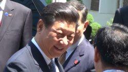 ソウル大学での講演後、大学関係者にあいさつする習近平・中国国家主席=2014年7月4日、西岡省二撮影