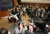 MRJの模型を前に笑顔を見せる佃和夫三菱重工社長らを取り囲む大勢のマスコミ=東京都港区の同本社で2008年3月28日、岩下幸一郎撮影