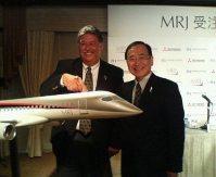 MRJの受注を決め、握手する三菱航空機の江川豪雄社長(右)とトランス・ステーツ・ホールディングスのリチャード・リーチ社長=東京都港区で2009年10月2日