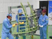 MRJの組み立てを始める作業員=愛知県飛島村の三菱重工業名古屋航空宇宙システム製作所で2011年4月5日午前10時22分、工藤昭久撮影