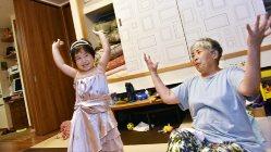 両親が帰宅するまでおばあちゃんと過ごす=埼玉県鶴ヶ島市で、関口純撮影