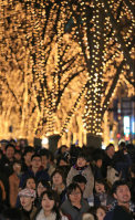 People enjoy walking through a tunnel of light during the Sendai Pageant of Starlight in Sendai's Aoba Ward on Dec. 6, 2015. (Mainichi)
