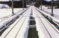 雪が落下するようにレール部分以外はコンクリートの床を外し、保線用の足場だけを取り付けた開床式高架橋=鉄道・運輸機構提供