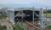 線路の分岐器はスノーシェルターで覆い、雪による切り替えの不調を防ぐ=鉄道・運輸機構提供
