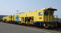 線路のゆがみを直すマルチプルタイタンパー(同型車両)=JR北海道提供
