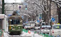 新設区間を走る習熟運転中の車両。駅前通は2車線に減少した=札幌市中央区で2015年11月26日、武市公孝撮影