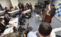 記者会見する高木毅復興相(右端)=復興庁で2015年12月7日、宮間俊樹撮影