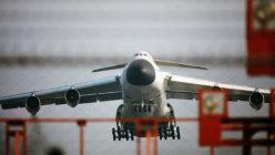 戦略物資を満載して離陸する輸送機C5Aギャラクシー=米軍横田基地で1972年撮影