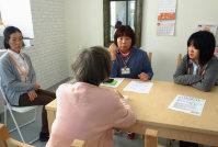 高齢者の相談に応じる松友さん(中央奥)ら「めいまい保健室」のスタッフ=兵庫県明石市松が丘2で、駒崎秀樹撮影