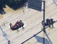 People are rescued on inflatable boats in Joso, Ibaraki Prefecture, on Sept. 11, 2015, a day after the Kinugawa River burst its banks, flooding the area. (Mainichi)