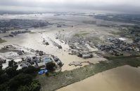 The Ibaraki Prefecture city of Joso is seen on Sept. 11, 2015, a day after the Kinugawa River, pictured at the bottom, burst through an embankment, in this photo taken from a Mainichi helicopter. (Mainichi)