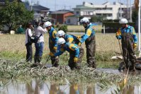 Police officers search a flooded area in Joso, Ibaraki Prefecture, on Sept. 11, 2015. (Mainichi)