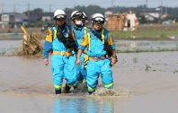 Aichi Prefectural Police officers search for missing people in Joso, Ibaraki Prefecture, on Sept. 11, 2015. (Mainichi)