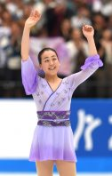 Figure skater Mao Asada waves at cheering spectators after making a comeback at the 2015 Japan Open figure skating competition at Saitama Super Arena, on Oct. 3, 2015. (Mainichi)