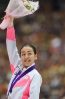 Figure skater Mao Asada raises a bouquet of flowers during an award ceremony at the 2015 Japan Open figure skating competition at Saitama Super Arena, on Oct. 3, 2015. (Mainichi)