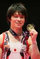 Kohei Uchimura holds his medal and smiles after his sixth career gold medal for individual all-around gymnastics at the World Gymnastics Championships in Glasgow, Scotland, on Oct. 30, 2015. (Mainichi)