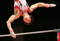 Kohei Uchimura performs on the horizontal bar during the men's individual all-around final at the World Gymnastics Championships in Glasgow, Scotland, on Oct. 30, 2015. (Mainichi)