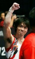Kohei Uchimura raises his arm in response to the crowd after performing on the rings in the men's individual all-around final at the World Gymnastics Championships in Glasgow, Scotland, on Oct. 30, 2015. (Mainichi)