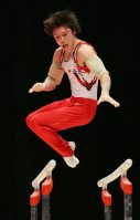 Kohei Uchimura performs on the parallel bars during the men's individual all-around final at the World Gymnastics Championships in Glasgow, Scotland, on Oct. 30, 2015. (Mainichi)