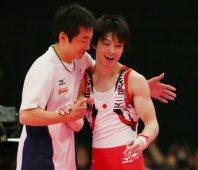 Kohei Uchimura hugs his coach Takahiro Moriizumi after finishing the horizontal bar, the last part of the men's individual all-around final, at the World Gymnastics Championships in Glasgow, Scotland, on Oct. 30, 2015. (Mainichi)