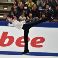Japanese figure skater Yuzuru Hanyu is cheered by the crowd during his free skate performance at the NHK Trophy competition in Nagano, on Nov. 28, 2015. (Mainichi)