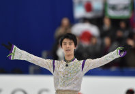 Japanese figure skater Yuzuru Hanyu acknowledges the cheers of the crowd after his free skate performance at the NHK Trophy competition in Nagano, on Nov. 28, 2015. (Mainichi)