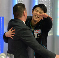 Japanese figure skater Yuzuru Hanyu hugs his coach Brian Orser after his free skate performance at the NHK Trophy competition in Nagano, on Nov. 28, 2015. (Mainichi)