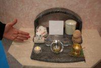 石材店の濱石が造った、家に置けるお墓。御影石で造られ、骨つぼやLEDの線香、ろうそくを供える。白い正方形の部分には遺影を飾る=東京都江東区の東京ビッグサイトで2015年12月8日、中村美奈子撮影