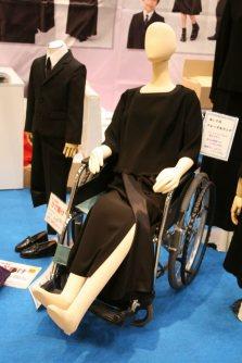 礼服通販業アンノブリールが作った車椅子用の女性のレンタル喪服。巻きスカートなのではきやすい=東京都江東区の東京ビッグサイトで2015年12月8日、中村美奈子撮影
