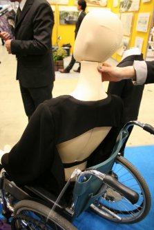 礼服通販業のアンノブリールが作った車椅子用の女性のレンタル喪服。座っていると見えない背中は開けてあり、インナーを着てから着用する=東京都江東区の東京ビッグサイトで2015年12月8日、中村美奈子撮影