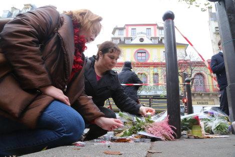 パリ同時多発テロで最多の犠牲者が出たバタクラン劇場前でろうそくを供える人たち=パリで11月17日、中西啓介撮影